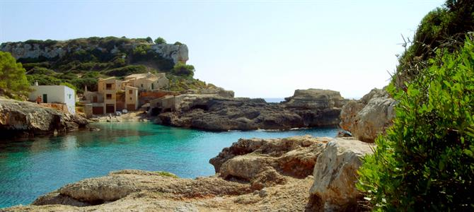 Cala S´Almonia is our final recommendation and an ideal place to spend the day. It's situated near Santanyi. S'Almonia is another of these fishing villages filled with a special charm.